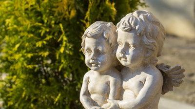 скульптура на территории дома